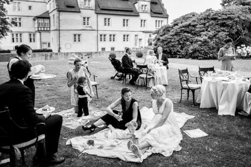 relaxed photos of wedding picnic