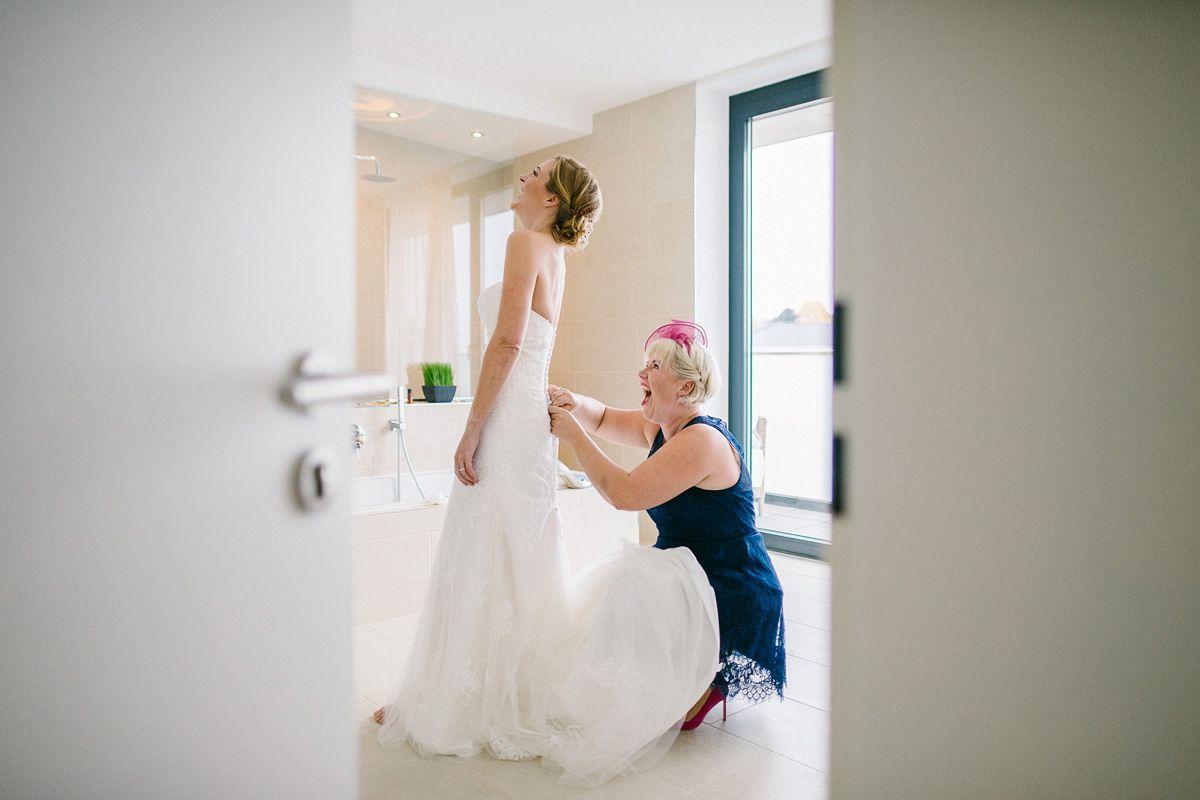 Hochzeitskleid anziehen