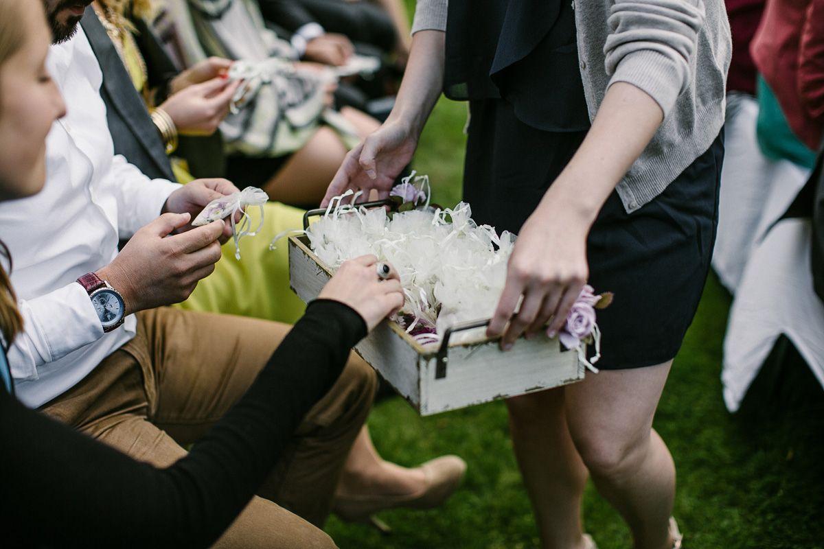 Rosenblätter und Konfetti für die Hochzeitsdekoration